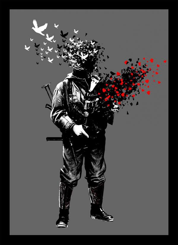 Das DENKSTAHL Kunstwerk namens Remains Of Peace 4 zeigt einen Soldaten schablonenhaft und im Street Art Stil auf grauem Hintergrund sowie die Friedenstaube und das Herzsymbol. Aus dem Kopf des Soldaten fliegen schwarze und weiße Tauben nach links oben, aus seiner Waffe, die er in den Händen hält, fliegen Herzen in Richtung rechts oben des Bildes.