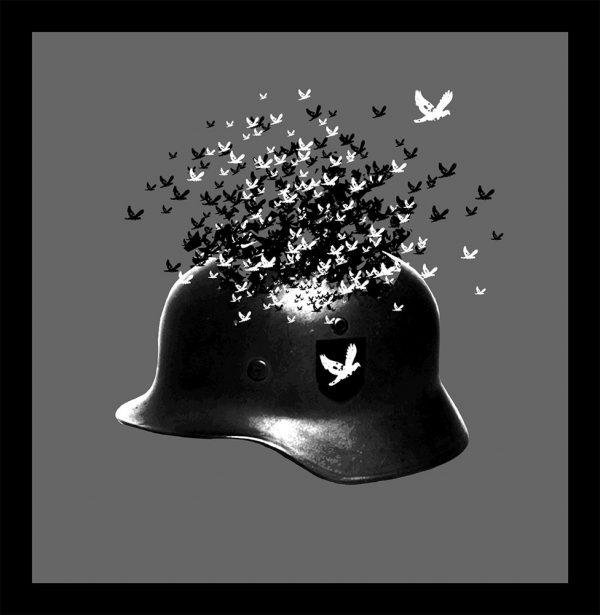 Auf dem DENKSTAHL Kunstwerk namens Remains Of Peace 3 ist ein schwarzer Soldatenhelm auf grauem Hintergrund abgebildet. Der Stahlhelm mutet an, sich aufzulösen, während aus seinem oberen Teil schwarze und weiße Tauben in die Höhe fliegen.